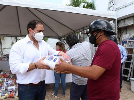 Deshuesadoras, fileteros y pescadores reciben del alcalde Julián Zacarías Curi apoyo alimentario