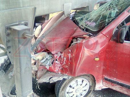 Conductor abandona su auto destrozado