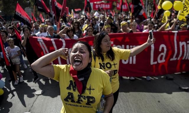 Desde 2015, chilenos tomam as ruas contra modelo privado de aposentadoria; na foto, manifestação em Santiago em março de 2017 / Martin Bernetti / AFP