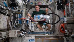 Comandante da Expedição 63 Chris Cassidy durante as tarefas na ISS