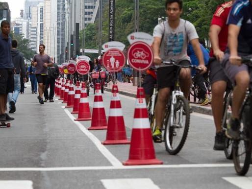 Pedestres e ciclistas aproveitam Avenida Paulista fechada para carros