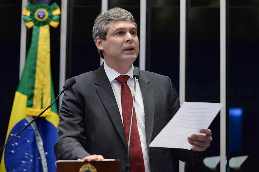 """Lindbergh: """"Hoje, o ladrão assumido negocia cargos e acena com a impunidade para aqueles que votarem no golpe, enquanto que o moralizador hipócrita posa no WhatsApp e na mídia como o estadista que vai salvar o Brasil"""""""