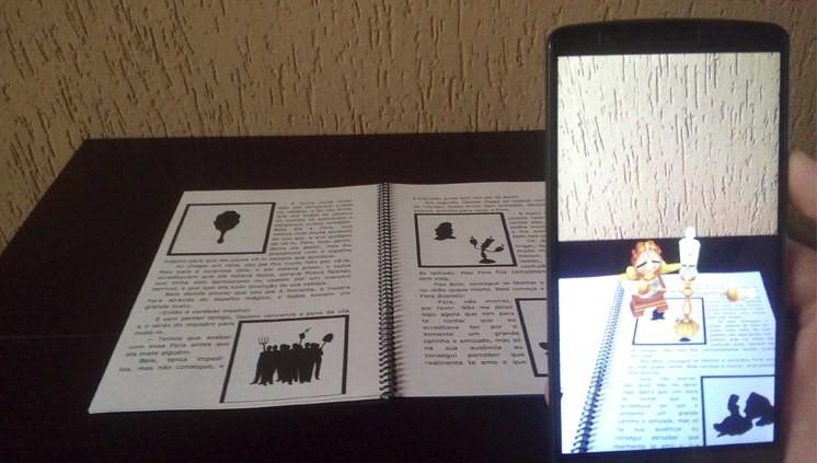 Estudantes do Pronatec desenvolveram um aplicativo para smartphone que usa a realidade aumentada em livros infantis Foto: MEC
