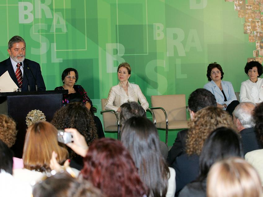 Foto: Ricardo Stuckert -  Lula durante a cerimônia de sanção da Lei Maria da Penha, em 2006