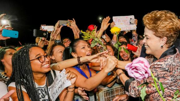 """Dilma recebeu cumprimentos de mulheres durante o """"Abraçaço da democracia"""", em frente ao Palácio do Planalto. Foto: Roberto Stuckert Filho/PR"""