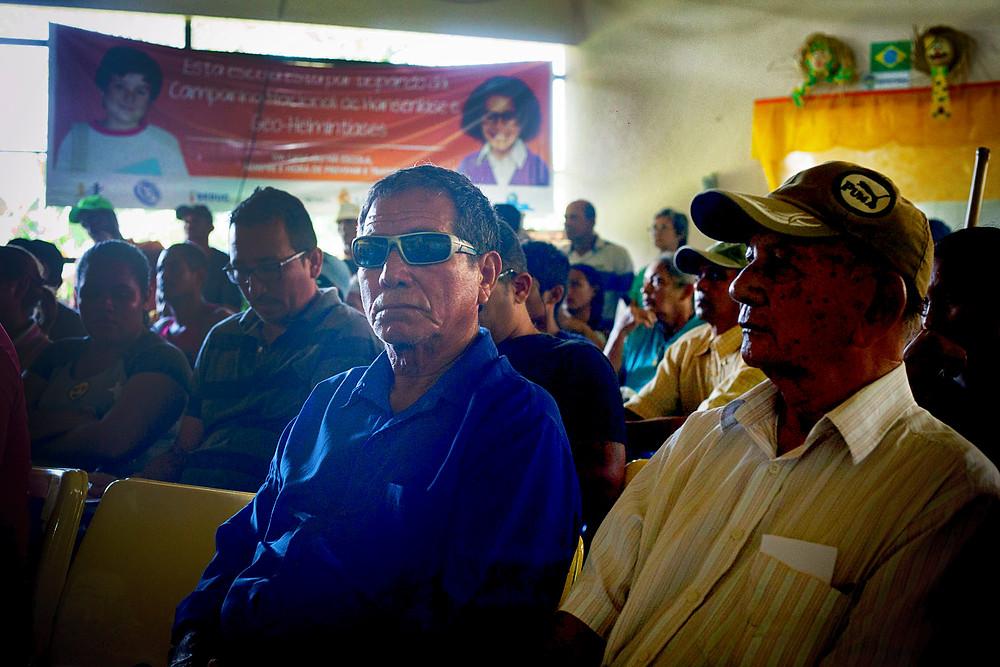 Seu Radir (de blusa azul) e Seu Emmanuel participando da reunião com o MPF (Foto: César Nogueira/Amazônia Real)
