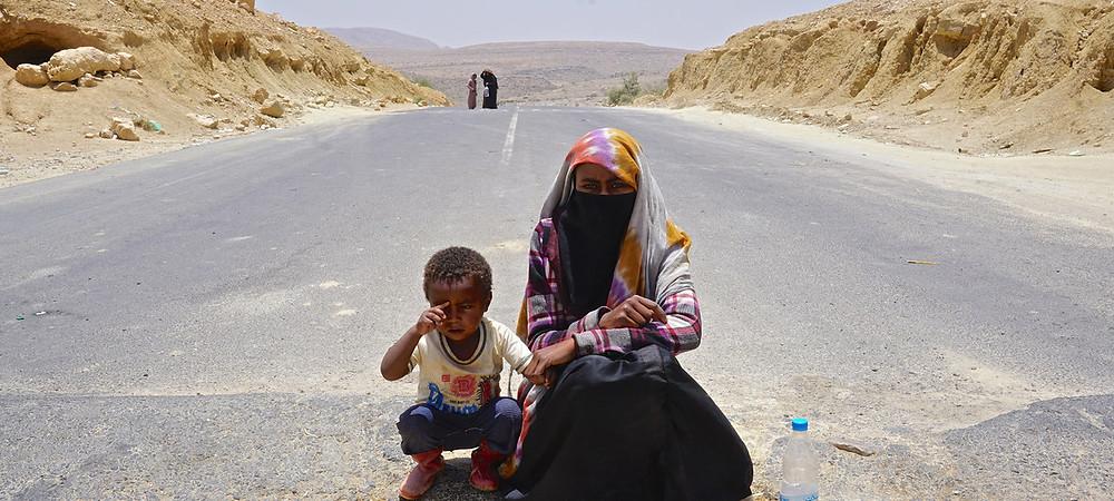 Suad, de 18 anos, implora no meio da estrada entre a capital do Iêmen, Sana'a, e Saada com seu sobrinho de apenas 4 anos, cuja mãe foi morta no conflito. Em todo o país, que está em guerra desde 2015, mais de 22 milhões de pessoas precisam de assistência humanitária. Foto: Giles Clarke/OCHA
