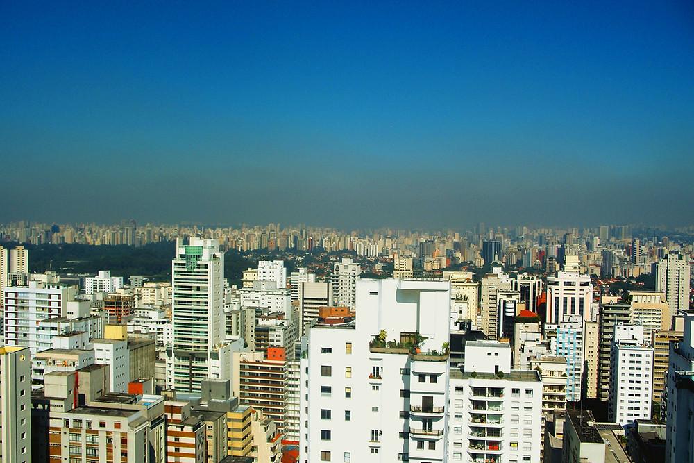 Vista de São Paulo, encoberta por nuvem de poluição. Foto: Wikimedia (CC)/Alexandre Giesbrecht