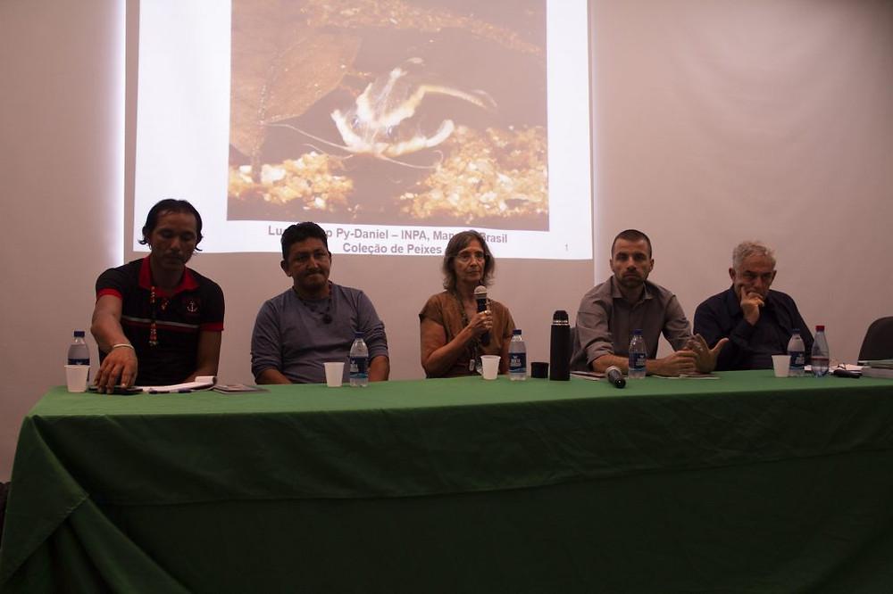 Mesa do debate: Jeremias Santos e Sérgio Freitas, ambos do povo Mura; Lúcia Py Daniel; Fernando Soave e Alfredo Wagner Almeida (Foto: Wérica Lima/Inpa)