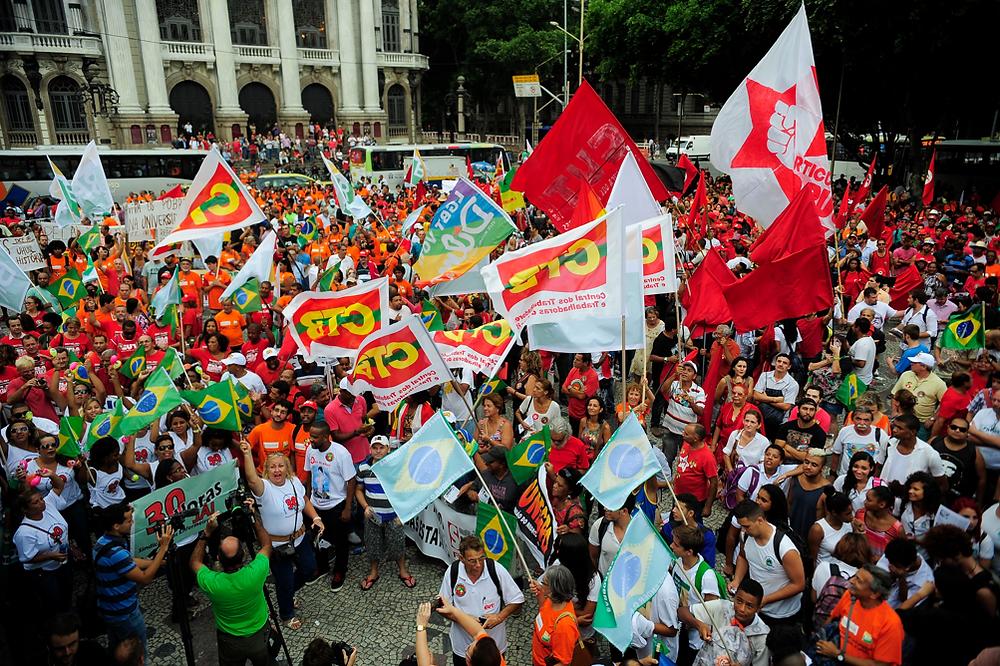 Manifestantes fazem ato, na Cinelândia, no Rio, em defesa da Petrobras e contra um possível pedido de impeachment da presidenta Dilma Rousseff Tomaz Silva/Agência Brasil