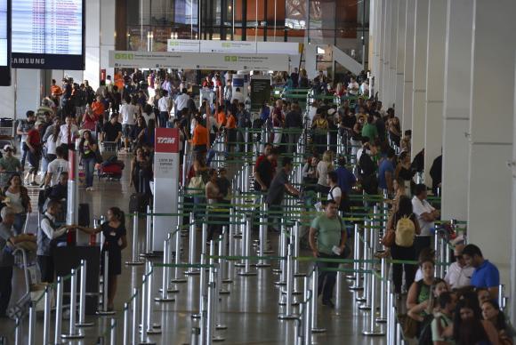 Com a alta do dólar e a melhoria da estrutura dos aeroportos brasileiros , cresceu o interesse do consumidor em viajar pelo paísValter Campanato/Agência Brasil