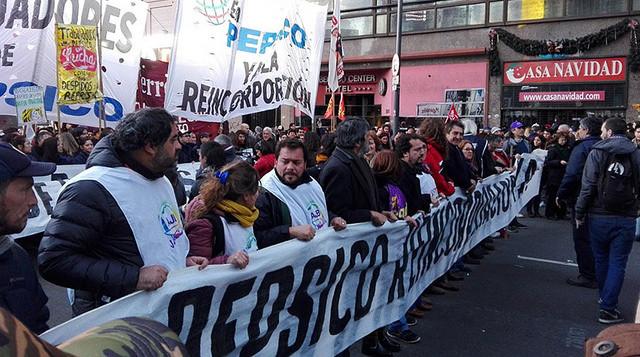 Manifestantes exigiram a reintegração dos trabalhadores, repudiaram a repressão da polícia e montaram um acampamento na frente do Congresso / Juan Andrés Gallardo