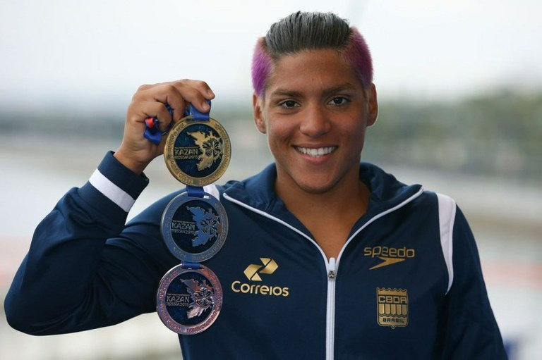 Ana Marcela com as três medalhas conquistadas: sexto pódio e vaga garantida Jogos Olímpicos de 2016 Divulgação/Ministério do Esporte