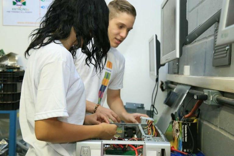 Inicialmente, os centros foram criados para recondicionar máquinas e formar jovens em regiões com alto grau de vulnerabilidade social Divulgação/Agência Brasil