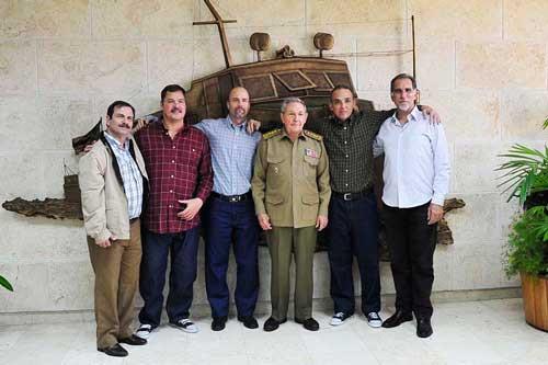 Raúl Castro recebe agentes cubanos presos que retornam ao país. Foto: Granma