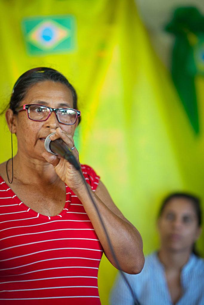 Dona Maria José discursa enquanto Lívia Câmara, da AGU, a observa (Foto: César Nogueira/Amazônia Real)