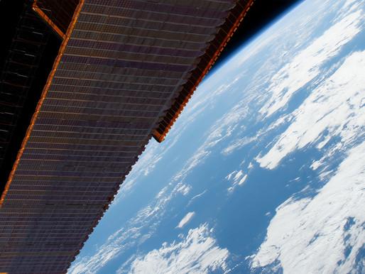 A Estação Espacial Internacional voa acima do Oceano Pacífico a oeste do Peru