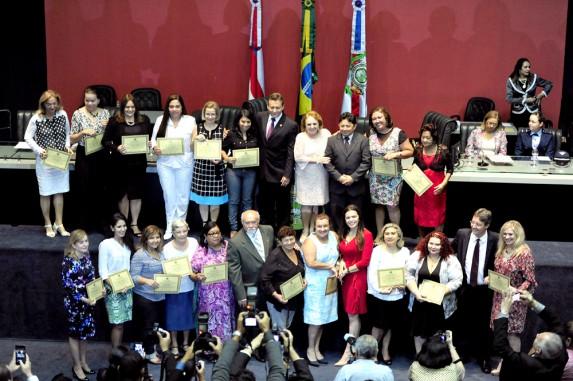 No fim da sessão, foram entregues certificados de honra ao mérito a mulheres de vários segmentos da sociedade