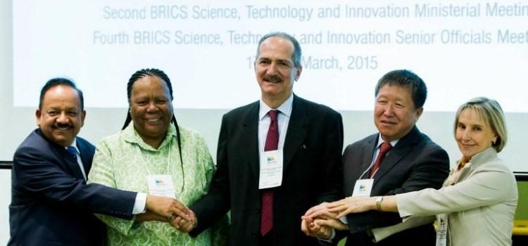 """Para Aldo Rebelo (ao centro) os dois documentos assinados """"constituem sinais claros da vitalidade e do dinamismo dos Brics"""" - Divulgação/MCTI"""