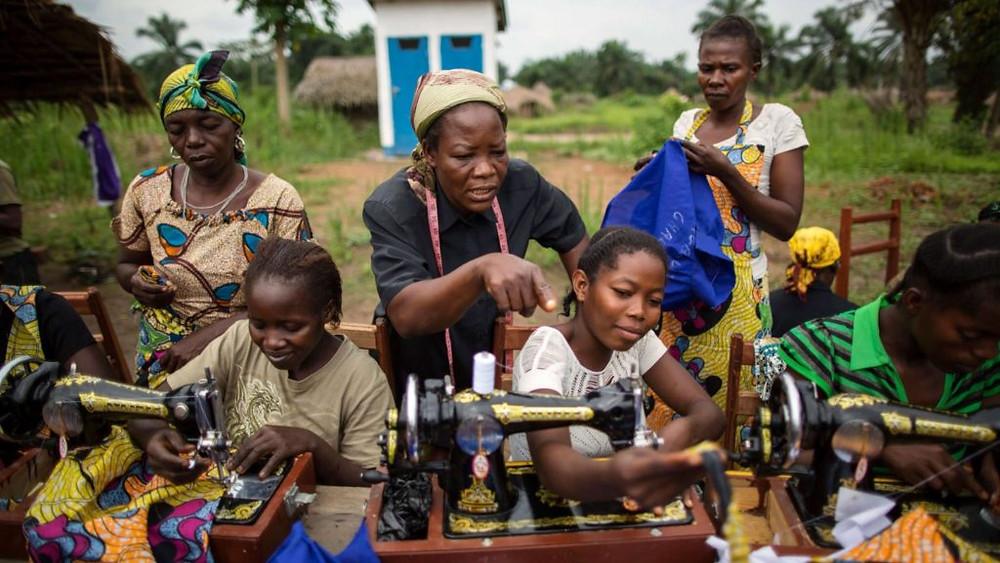 REPÚBLICA DEMOCRÁTICA DO CONGO/2013 — Com apoio do ACNUR, Angélique Namaika oferece capacitação profissional a mulheres violentadas por grupos armados. Em 2013, ela ganhou o Prêmio Nansen do ACNUR. Foto: ACNUR/Brian Sokol