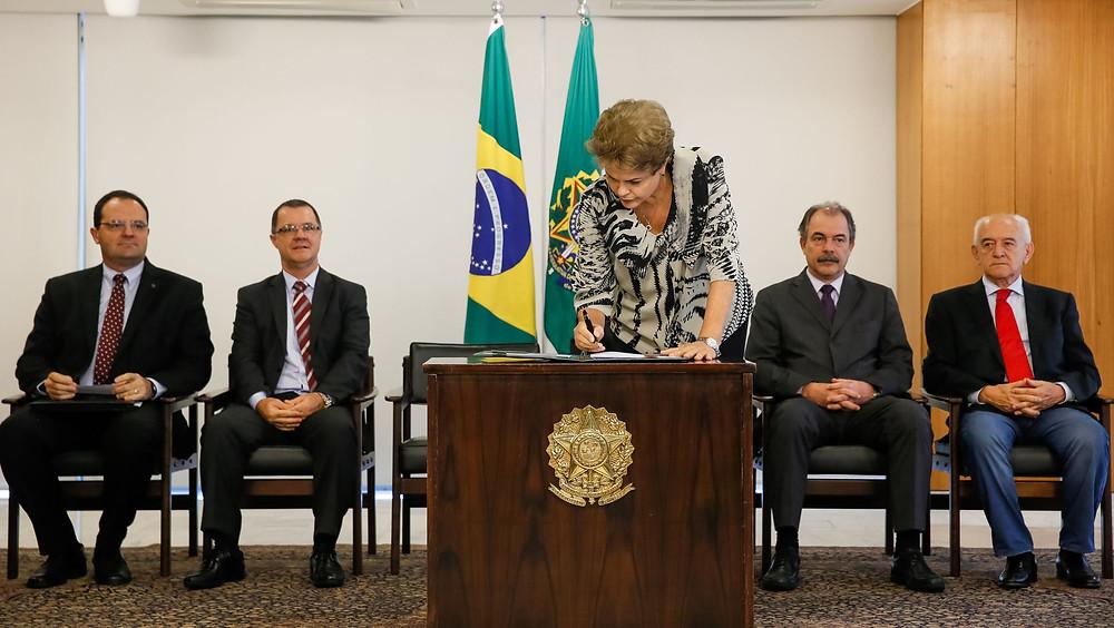 Presidenta Dilma Rousseff durante assinatura da Medida Provisória da Política do Salário Mínimo - Foto: Roberto Stuckert Filho/ PR