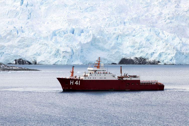 Navio Polar Almirante Maximiano (H-41), ex-Ocean Empress, é um navio de pesquisa polar da Marinha do Brasil. - Alan Arrais/NBR/Agência Brasil