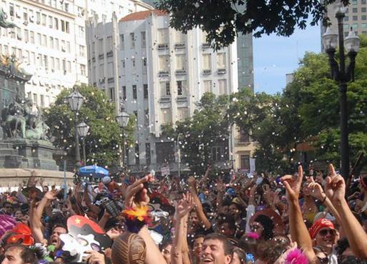 Mais de 30 blocos desfilam neste sábado pelas ruas do Rio; Monobloco sai amanhã