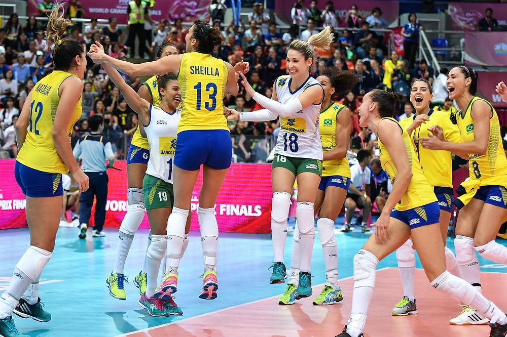 As meninas da Seleção vibram em quadra após o título no Grand Prix: empolgação em alta para as Olimpíadas em casa. Foto: FIVB