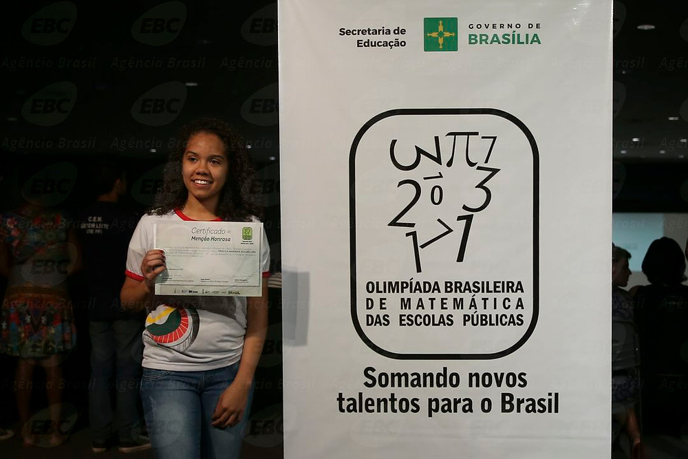 A aluna Priscila Mariana de Aguiar Lima recebe o certificado de Menção Honrosa, por participar da Olimpíada Brasileira de Matemática das Escolas Públicas Elza Fiuza/Agência Brasil