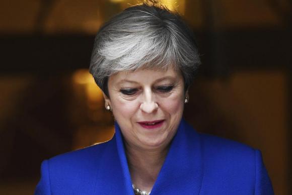 Theresa May deixa a sede do governo para se reunir com a rainha Elizabeth, após garantir maioria com partido unionista da Irlanda do NorteAndy Rain/EPA/EFE