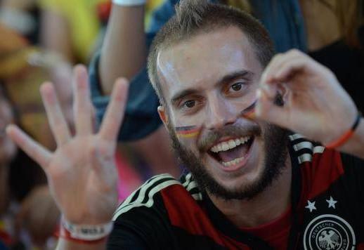 Torcedores da Alemanha comemoram vitória em quiosque no LemeFernando Frazão/Agência Brasil