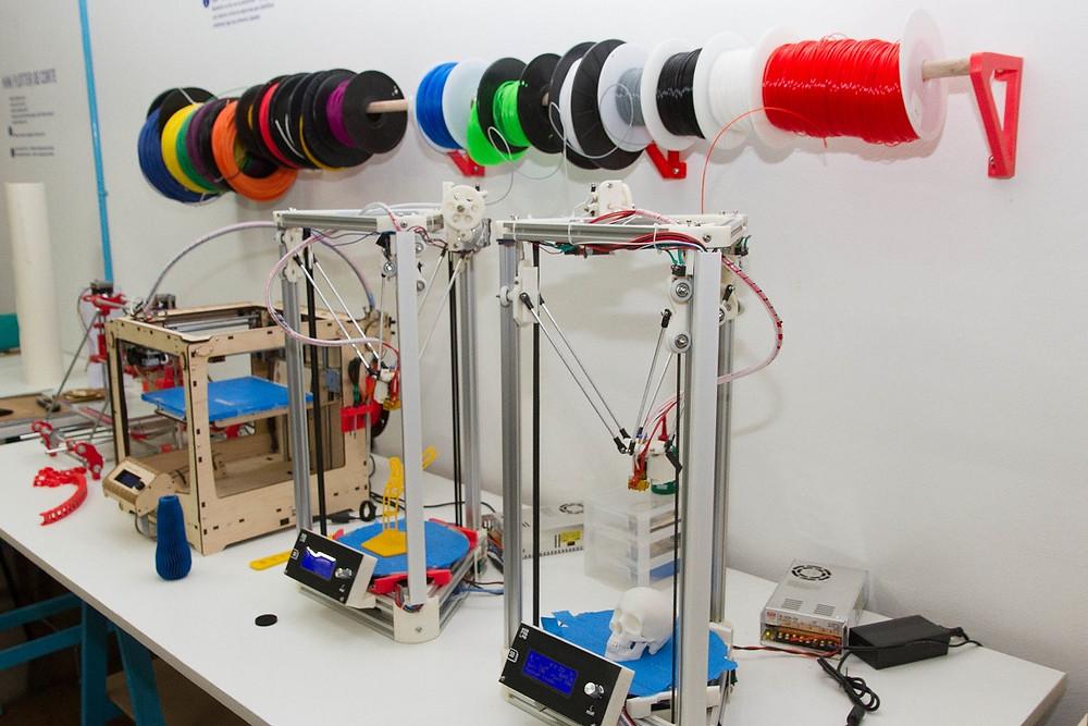 Para reduzir custos iniciais, o grupo construiu parte dos equipamentos necessários ao Fab Lab, como as impressoras 3D. Crédito: Ascom/MCTI