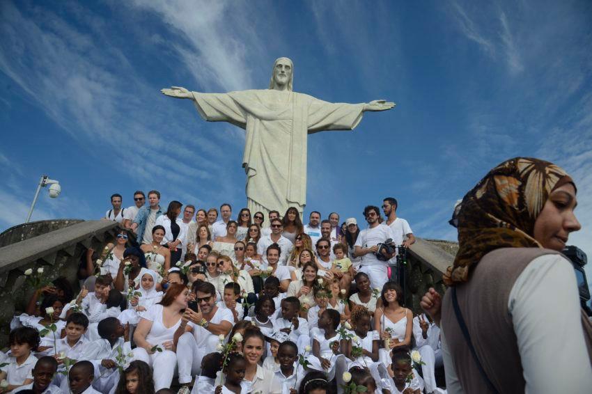 """Rio de Janeiro- RJ, Brasil- """"Ato pela Paz"""" reune artistas e crianças refugiadas, no Cristo Redentor, nos seis anos de guerra na Síria. Foto: Tânia Rêgo / Agência Brasil"""
