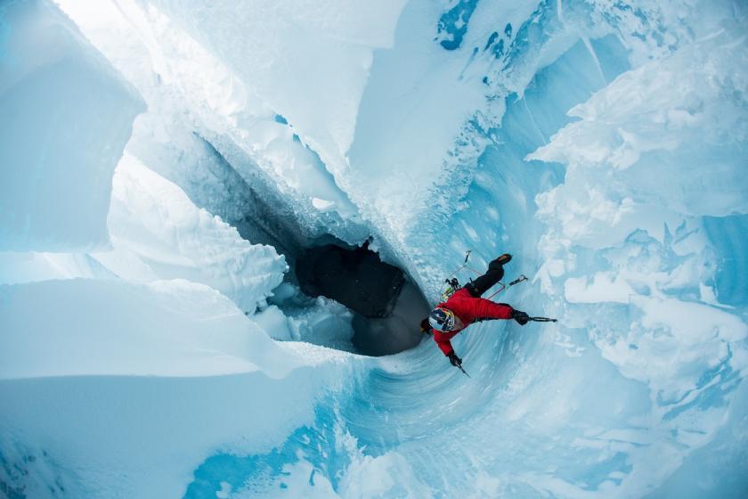 Will Gadd desce uma fenda na segunda maior geleira da Groenlândia. Foto: Christian Pondella/Red Bull Content PoolWill Gadd desce uma fenda na segunda maior geleira da Groenlândia. Foto: Christian Pondella/Red Bull Content Pool