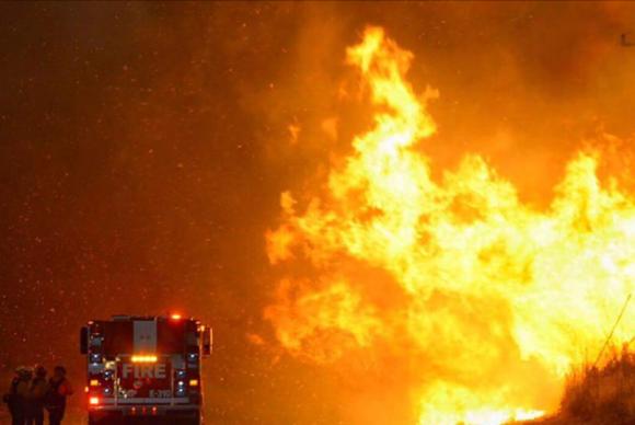 Equipes de socorro estão construindo trilhas para tentar conter o avanço do fogo  Corpo de Bombeiros de Santa Bárbara, Califórnia/Divulgação