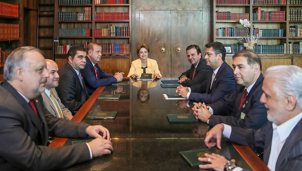 """Dilma recebe grupo de prefeitos no Palácio da Alvorada. Para eles, análise do pedido de afastamento da presidenta está """"eivada de vícios, o que denota condução desvirtuada do processo"""". Foto: Roberto Stuckert Filho/PR."""
