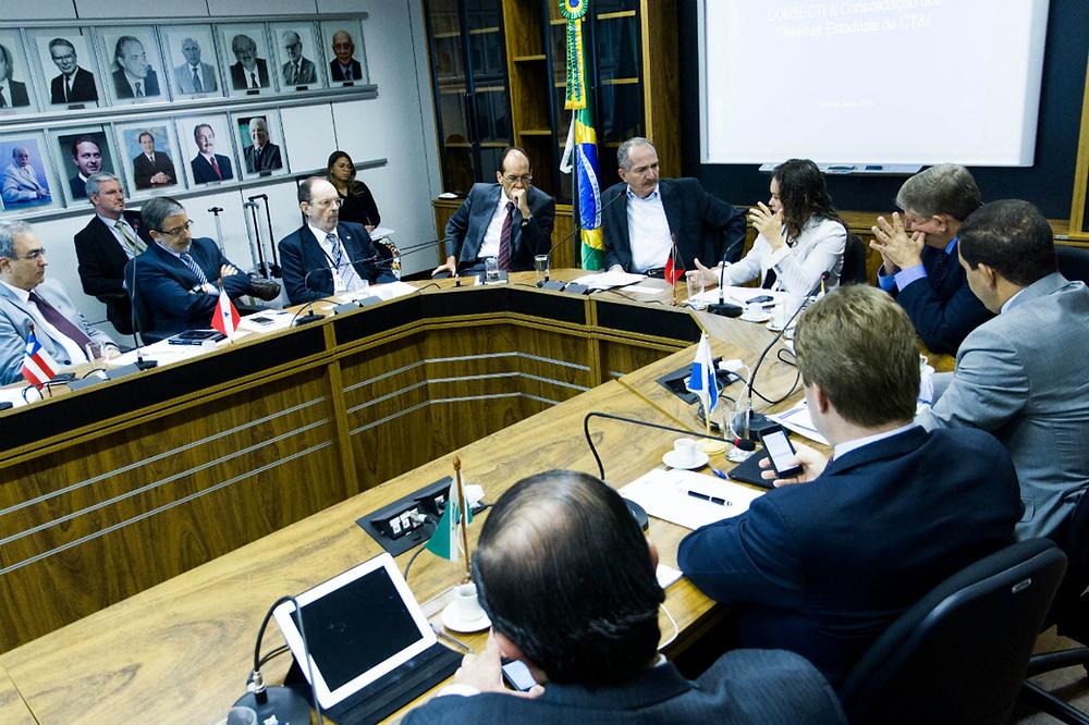 O ministro Aldo Rebelo e a presidenta do Consecti, Francilene Garcia, participam de reunião da entidade em Brasília. Crédito: Ascom/MCTI