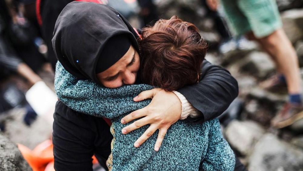GRÉCIA/2015 — Uma refugiada síria abraça seu filho após chegar em segurança à ilha de Lesbos, na Grécia. Mais de 1 milhão de pessoas passaram pelo país na atual crise migratória. A mãe e o filho da foto vieram da Turquia pelo mar Egeu, em um bote inflável. Foto: ACNUR/Achileas Zavallis