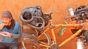 Ciclista carioca percorre o mundo em uma bicicleta de bambu