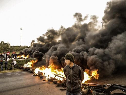 Protestos contra impeachment fecham rodovias em 9 estados e em Brasília