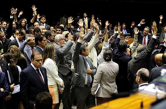 Deputados aprovaram PEC que aumenta de 70 para 75 anos a idade de aposentadoria compulsória de ministros dos tribunais superiores, do STF e do TCU.