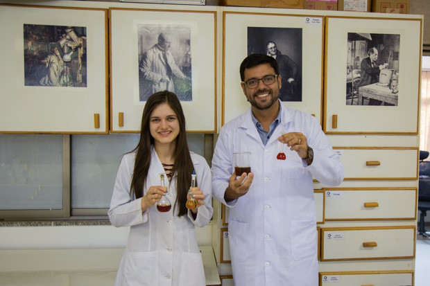 Os doutorandos Carime e Rogério integram a equipe que desenvolveu a nanopartícula e também são sócios dastartupKrilltech. Foto: André Gomes/Secom UnB