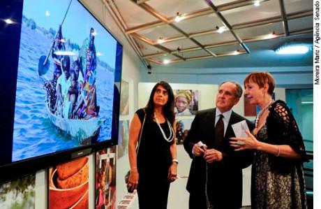 O senador Cristovam Buarque visita exposição ao lado da fotógrafa Sonia Fattori (d)