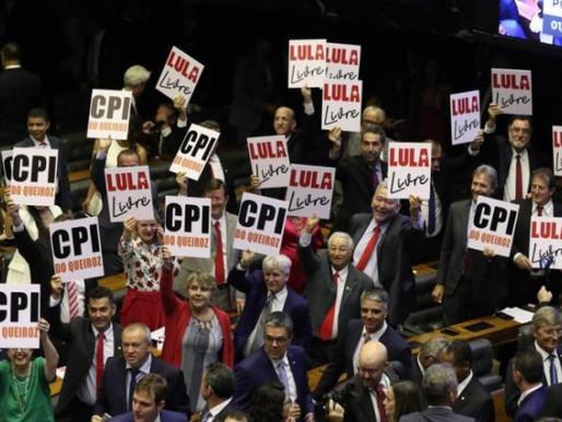 """Bancada petista pede """"Lula Livre"""" e """"CPI do Queiroz"""" em cerimônia de posse na Câmara"""