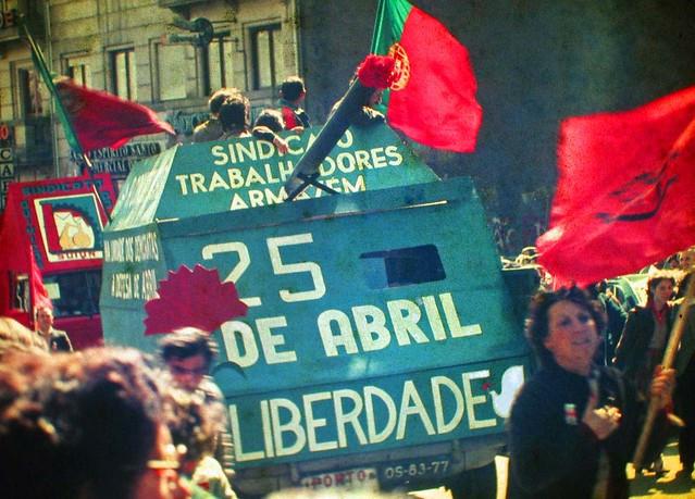 Portugueses começaram a dar cravos aos soldados, que os colocavam na ponta dos seus fuzis -- o que dá nome à revolução / Foto: Wikicommons