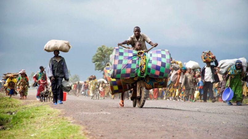 REPÚBLICA DEMOCRÁTICA DO CONGO/2008 – A intensificação da guerra na província de Kivu do Norte, no final de 2006, provocou o deslocamento forçado de 600 mil pessoas na República Democrática do Congo. Na foto, milhares de congoleses abandonam o campo de deslocados internos nos arredores de Kibati após terem ouvido disparos na região. Atualmente, há 3,8 milhões de deslocados internos no país. Foto: ACNUR