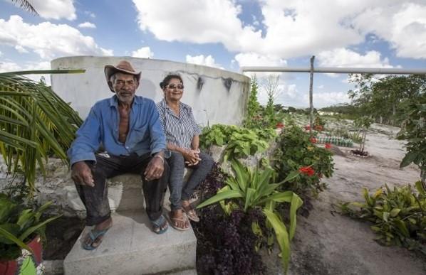 Maria do Carmo Sabino, 76 anos, e seu esposo, Mauro Cardoso da Silva, 67, comemoram a cisterna de enxurrada para captação da água que apoia a produção de alimentos para a família e para os animais Foto: Ubirajara Machado/MDS