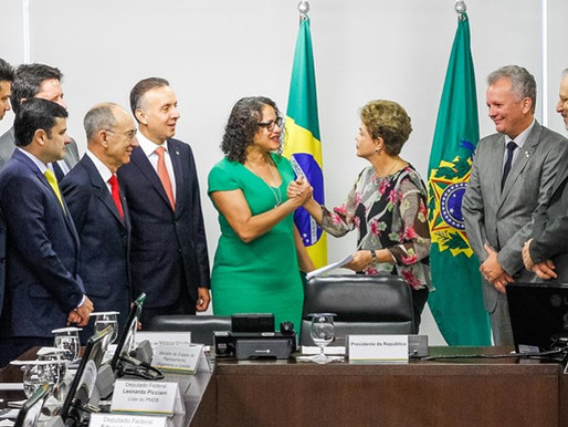 Líderes da base aliada entregam manifesto de apoio a Dilma
