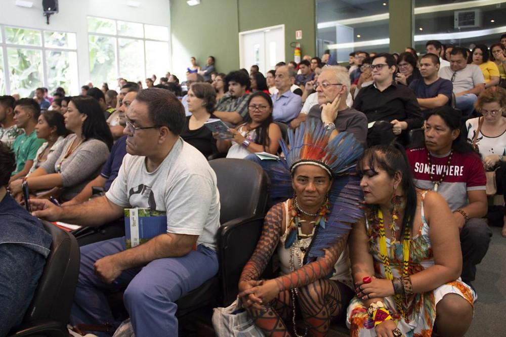 O público lotou o auditório do Inpa para participar do debate (Foto: Wérica Lima/Inpa)  Ismael Adércio Costódio, do povo Tikuna (Foto: Wérica Lima/Inpa)