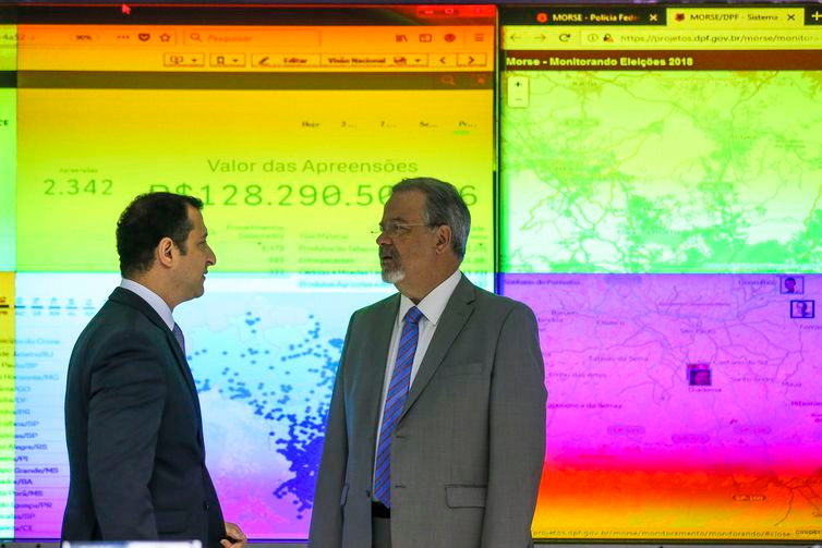 O ministro da Segurança Pública, Raul Jungmann, e o diretor da Polícia Federal, Rogério Galoro, na abertura do Centro Integrado de Comando e Controle das Eleições Gerais de 2018 - José Cruz/Agência Brasil